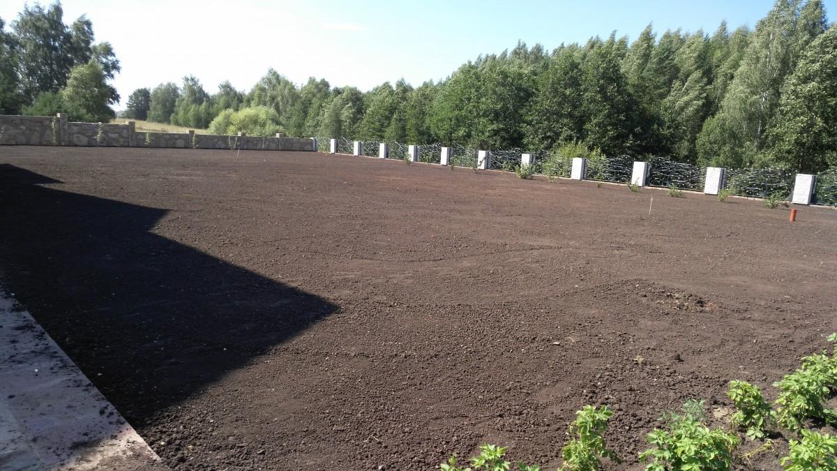 Финишное укатывание грунта перед посевом семян газона